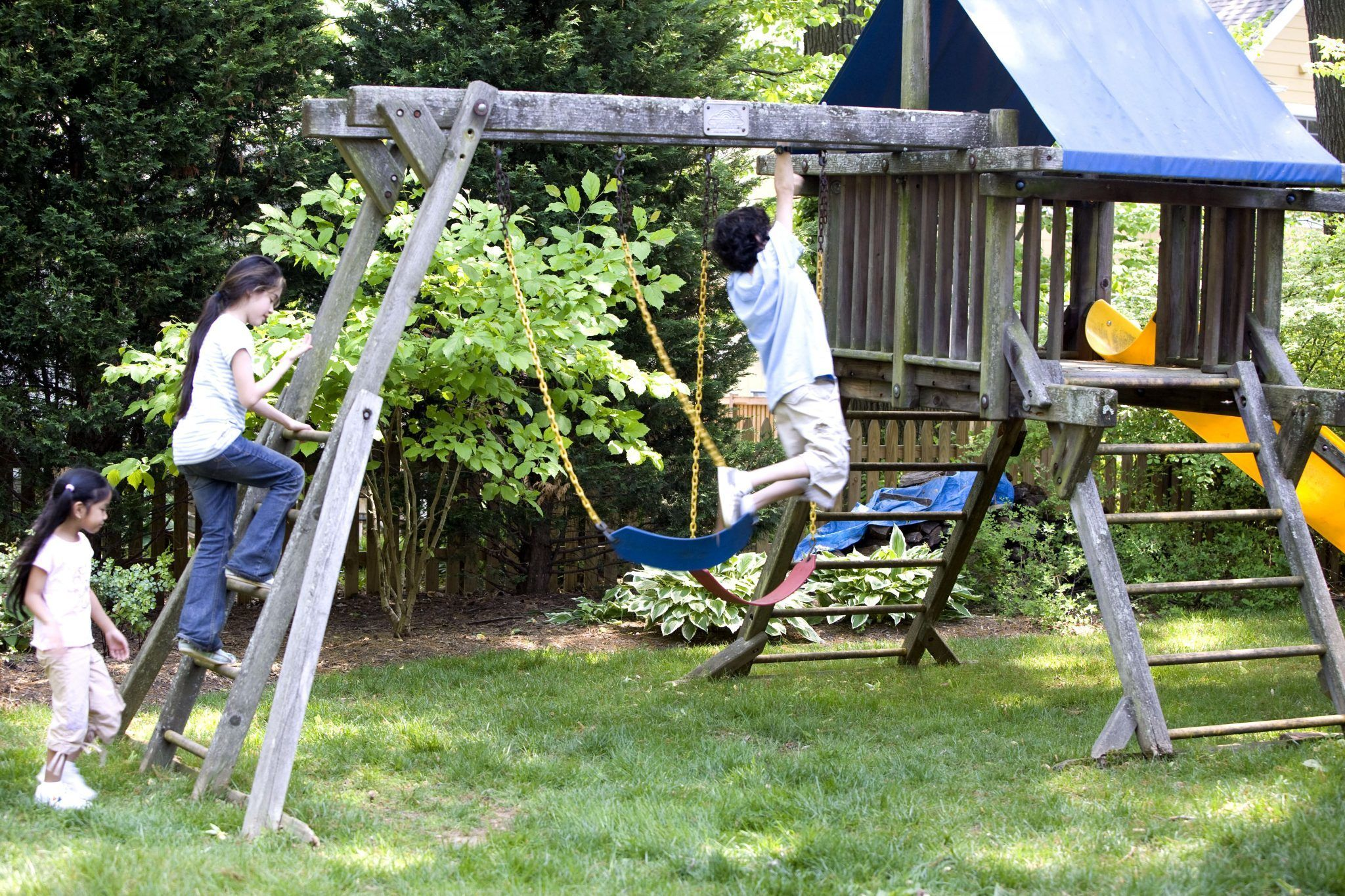 Kid Friendly Backyard Ideas-use-fences-creatively-kids having fun